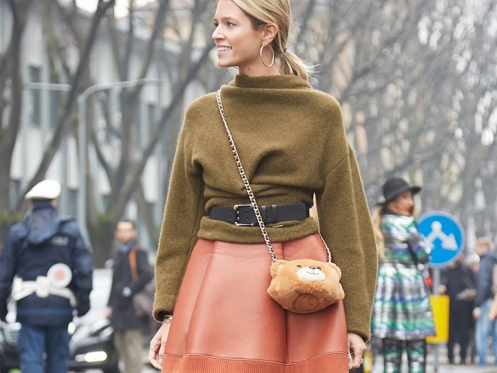 Wolle und glänzende Stoffe wie Seide oder Satin sehen besonders luxuriös aus.